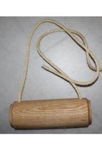 Aufhängung aus geschnitztem Holz mit Seil